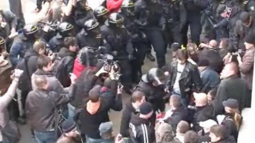 Video No comment - Zásah proti příznivcům Dělnické strany