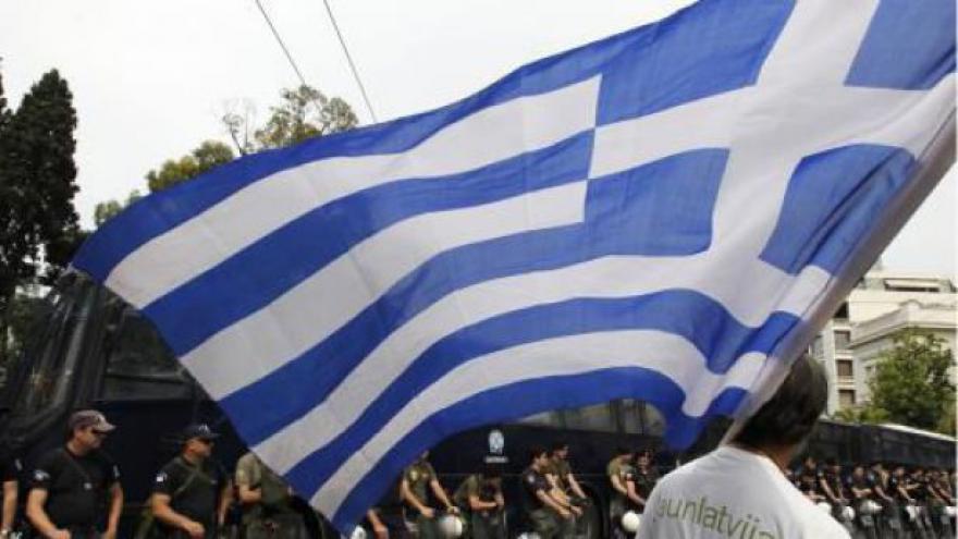 Video Řekové v ulicích kvůli dalším škrtům