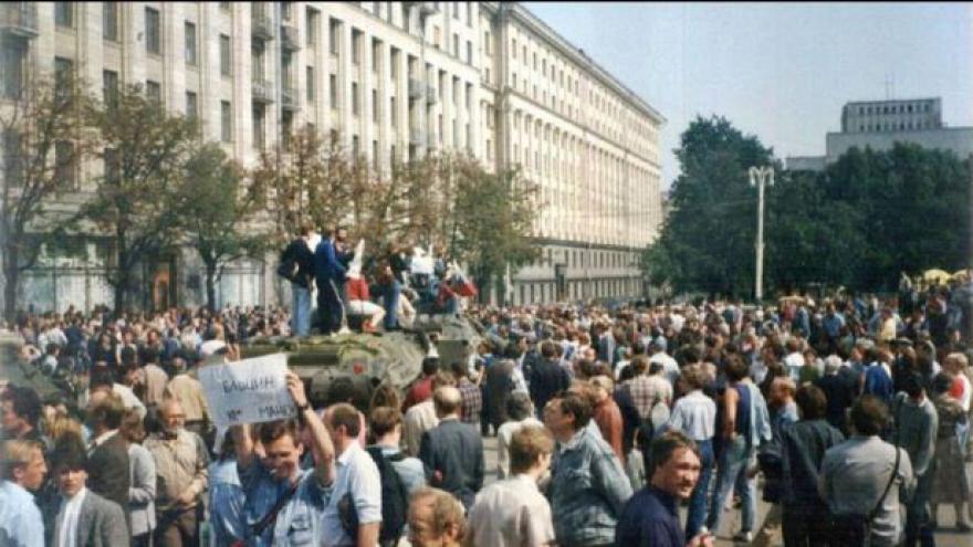 Video Konzervativní komunisté se pokusili svrhnout Gorbačova