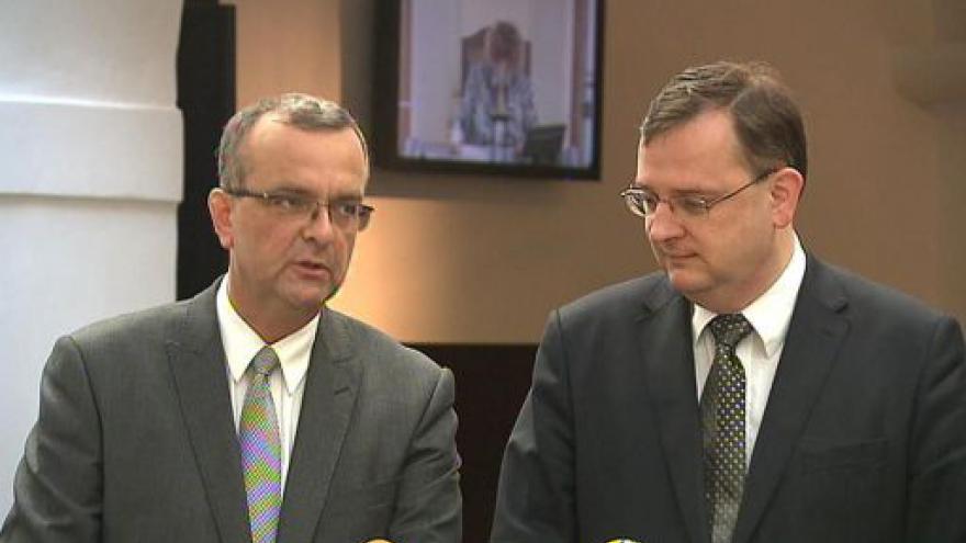 Video Brífink Petra Nečase a Miroslava Kalouska