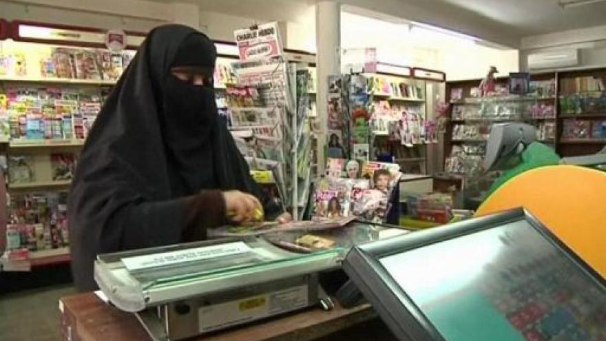 Video Ve Francii začíná platit zákaz nošení nikábů