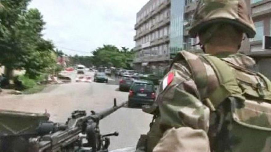 Video V Abidžanu se dál bojuje