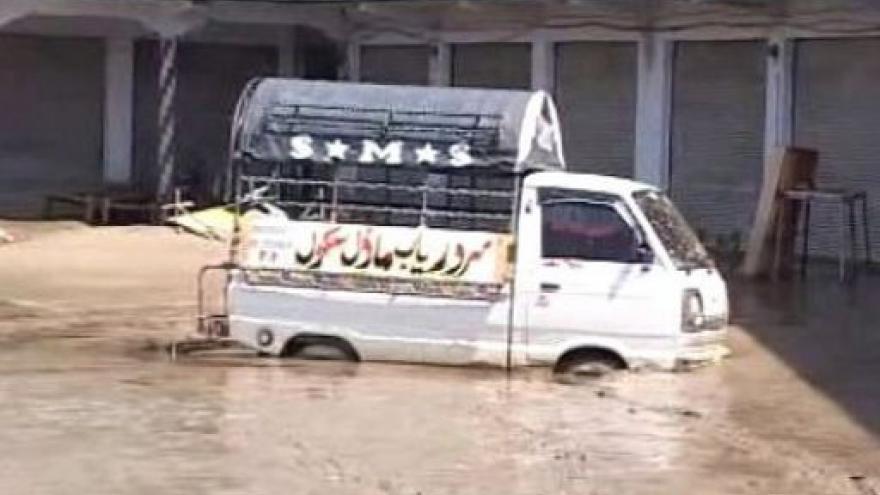 Video Pákistán dále sužují záplavy