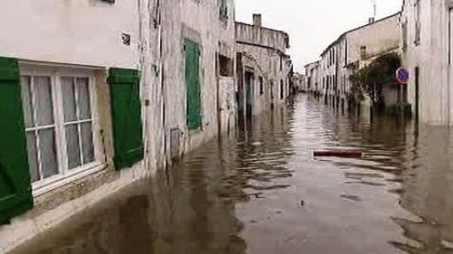 Video Francie se vzpamatovává z bouře Xynthie