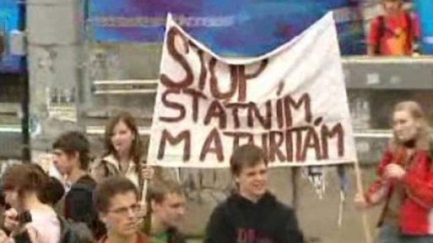 Video Odklad státních maturit bude jedním z bodů zasedání poslanců