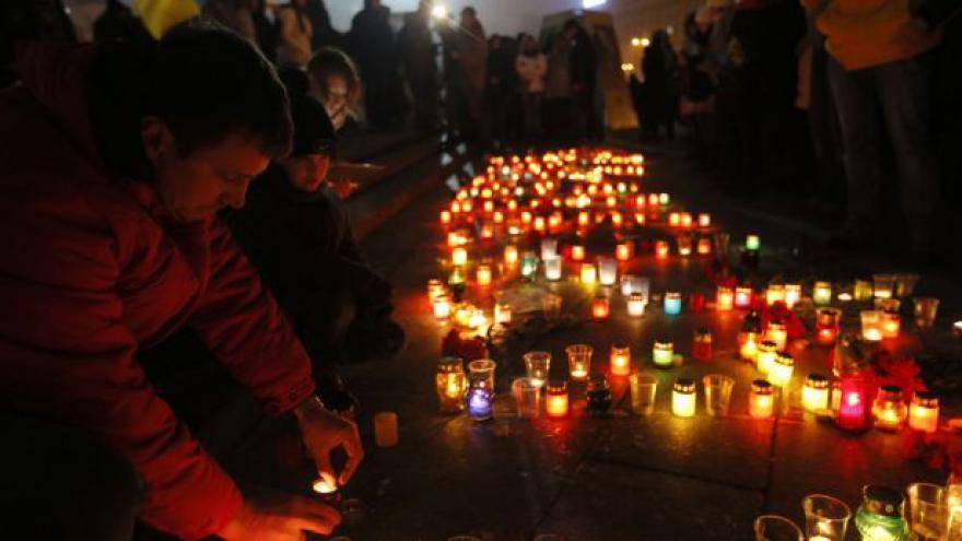 Video Po Mariupolu drží Ukrajina smutek, strany se dál hádají