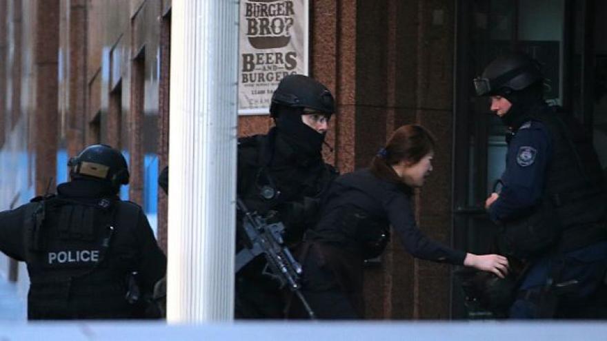 Video Australská policie zabila omylem jedno z rukojmí v kavárně