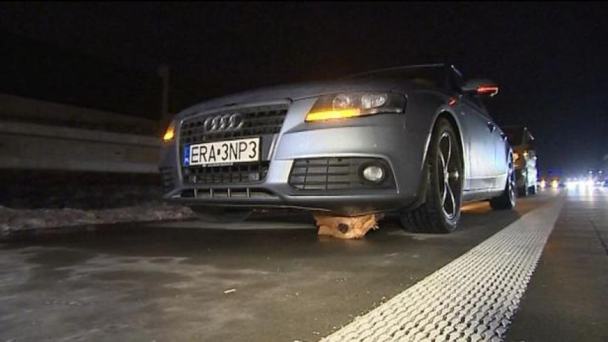 Video Neznámý útočník házel z mostu na D1 dřevěné špalky