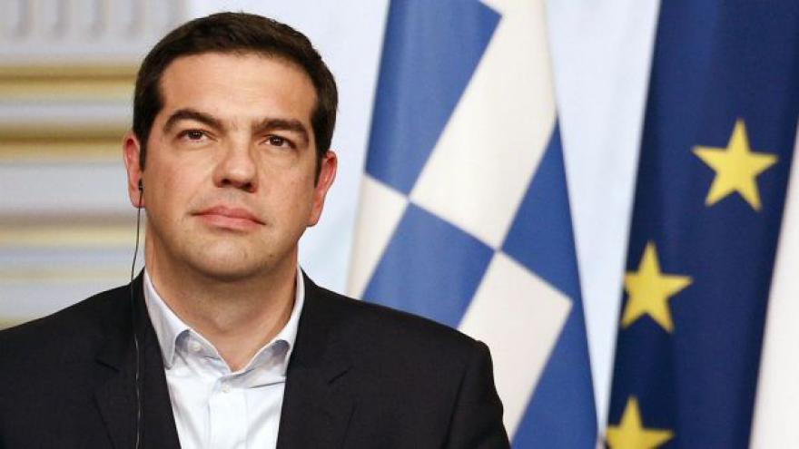 Video Řecký premiér Tsipras si na kravaty nepotrpí