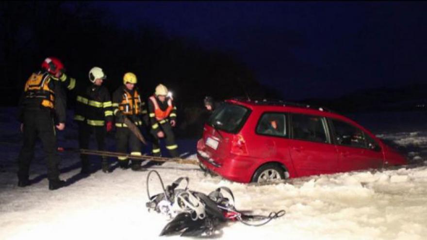 Video Pod autem na Lipně se prolomil led