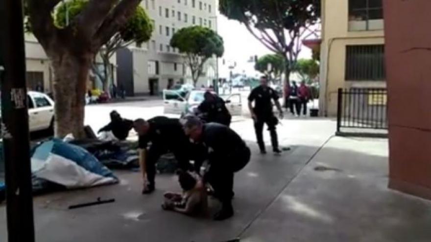 Video Policie v Los Angeles zastřelila bezdomovce