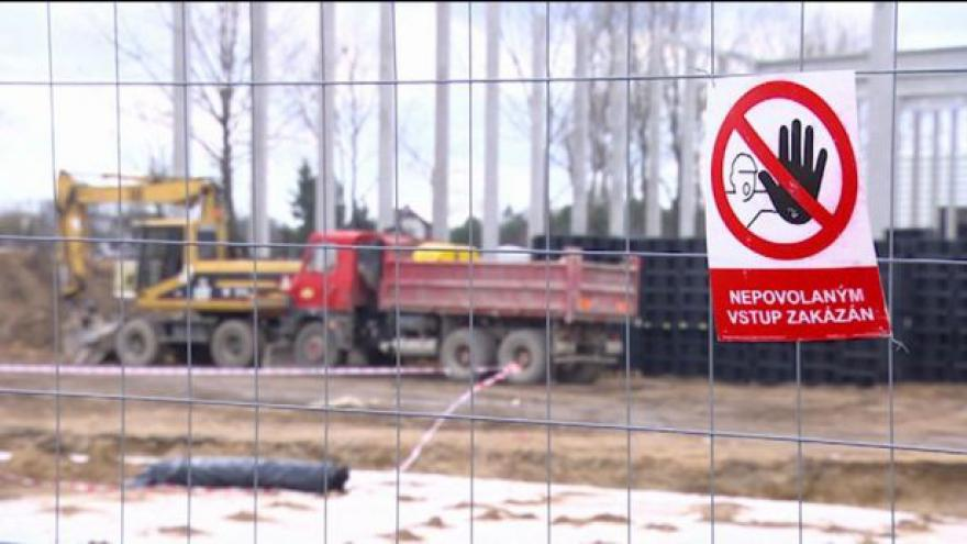 Video Černá stavba u Hradce Králové zastavena