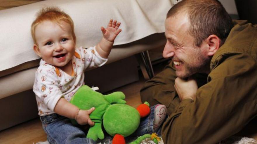 Video Europoslanci žádají zákonné volno pro čerstvé otce