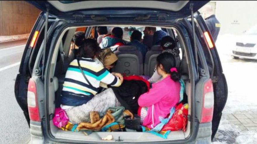 Video UDÁLOSTI: Policisté hledají uprchlíky v kufrech aut