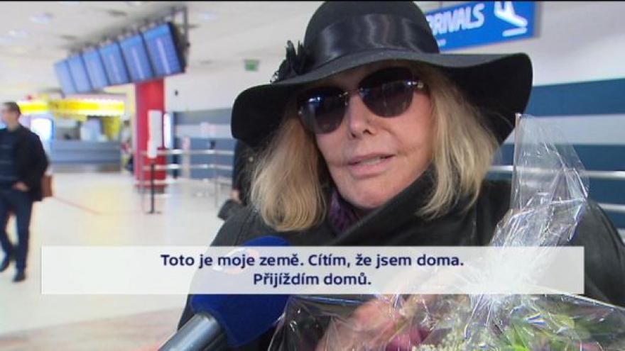 Video Kim Novak přiletěla do Prahy