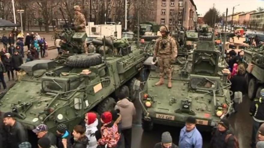 Video Konvoj projíždí Polskem a Estonskem