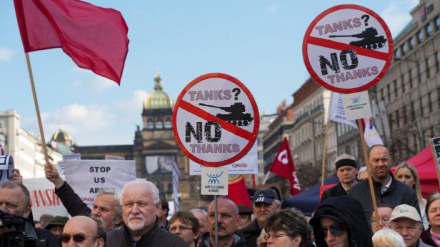 Video Průjezd amerického konvoje: Názorové střety v Praze