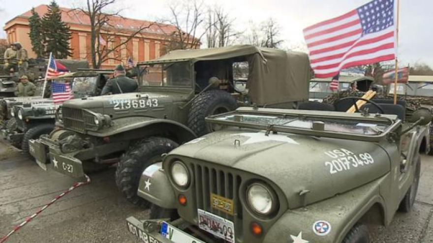 Video Historické americké džípy přivítaly americký konvoj