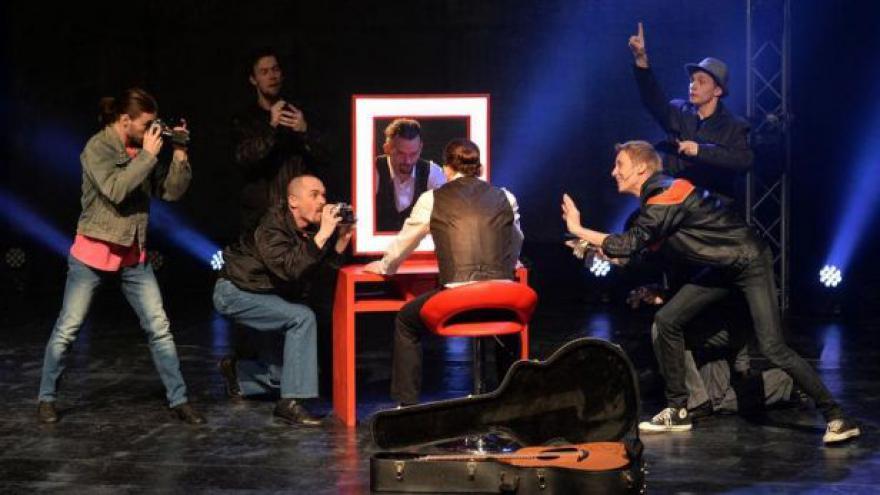 Video Johnny Blue zpívá v Brně