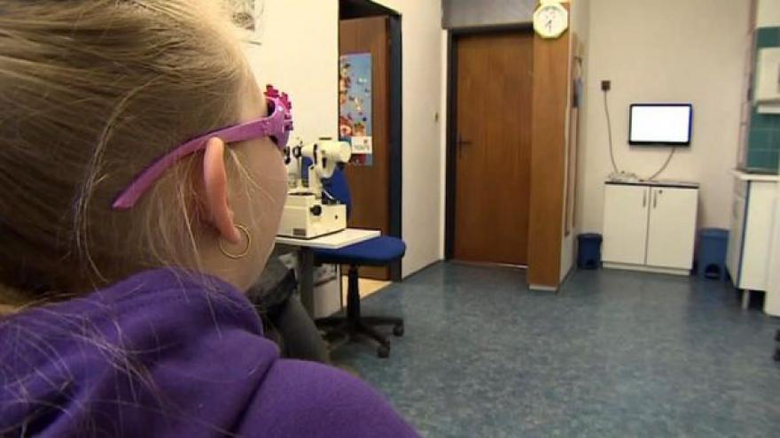 Video Lékaři evidují stále více dětí s falešnou krátkozrakostí