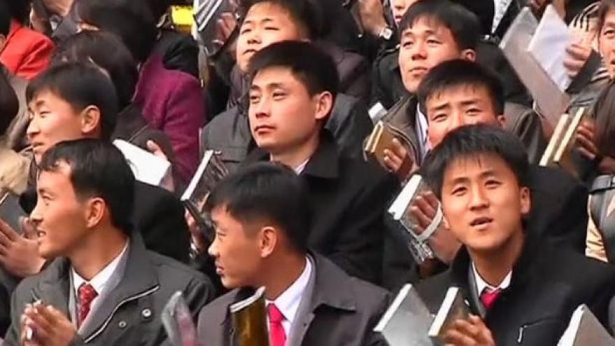 Video Stadion nadšeně aplaudoval Kimově manželce