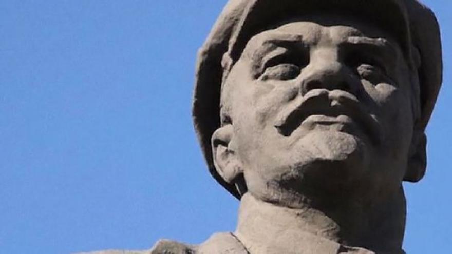 Video Leninovy sochy na Ukrajině strhávají i obnovují