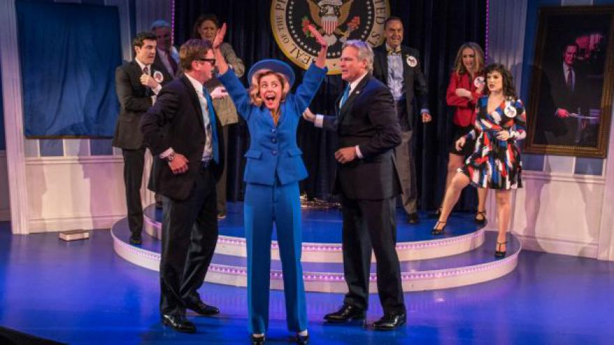 Video Horizont ČT24: Skandály Billa a Hillary na Broadwayi