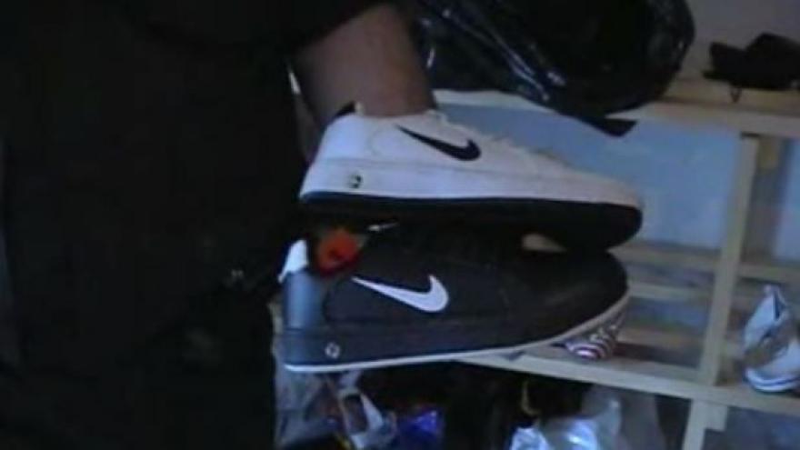Video Celníci ukazují, jak padělaná obuv skrývala známá loga