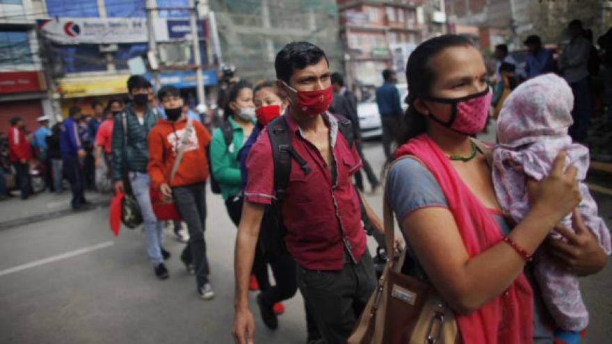 Video Nepál pět dnů po zemětřesení: Šťastné konce i rostoucí naštvanost