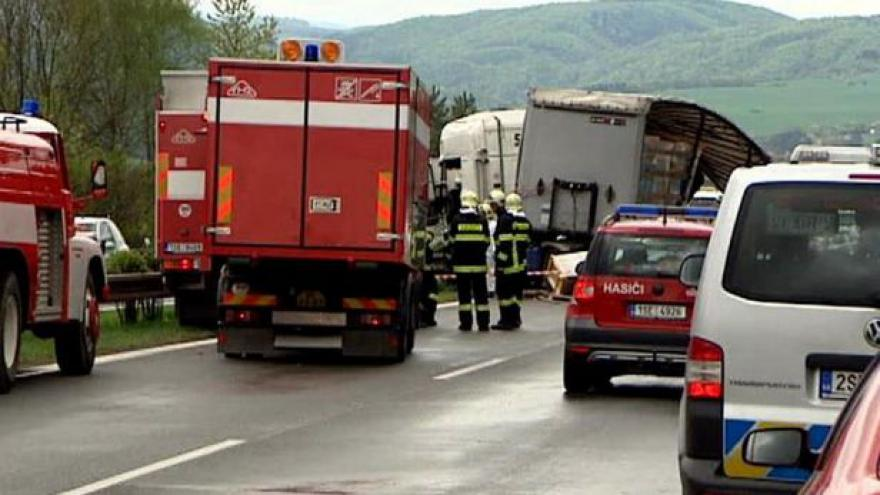 Video Za nehodou na D5 může řidič kamionu s chemikáliemi