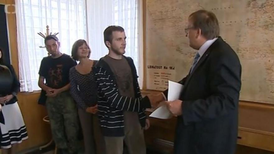 Video Kraj odměnil nálezce historického meče
