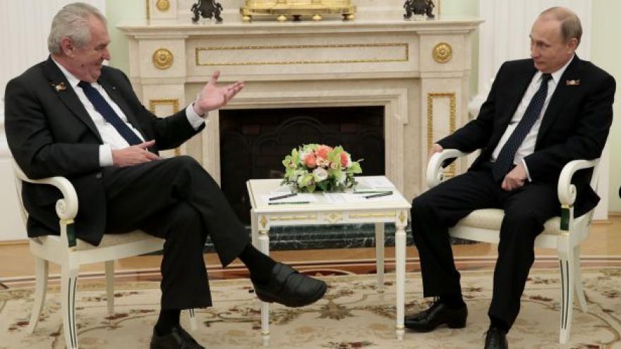 Video Zeman uctil památku obětí, sešel se s Ficem, mluvil s Putinem