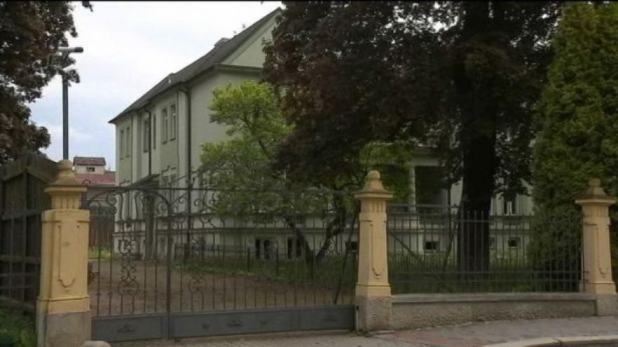 Video Policie objevila v troskách domu v Šenově dva mrtvé