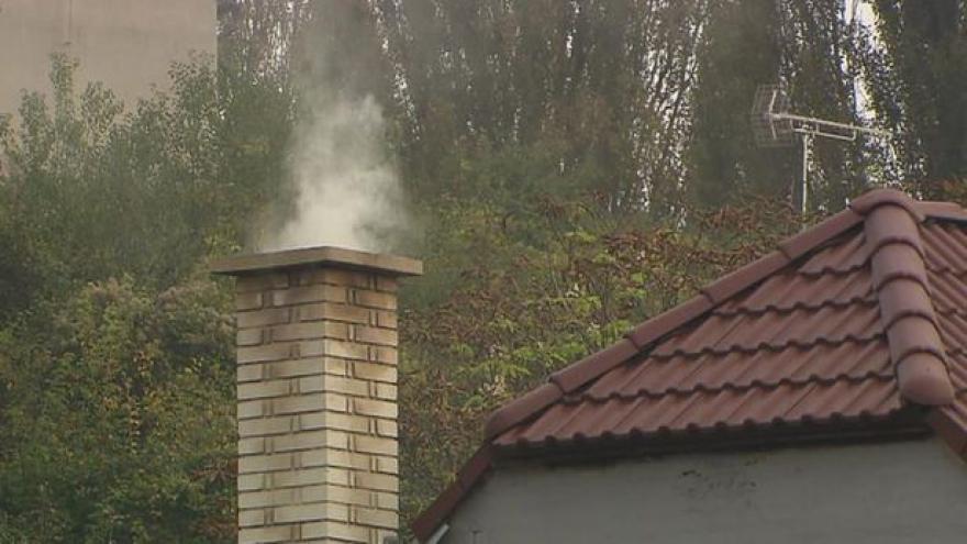 Video Události: MŽP chce zpřísnit kontroly, čím lidé topí