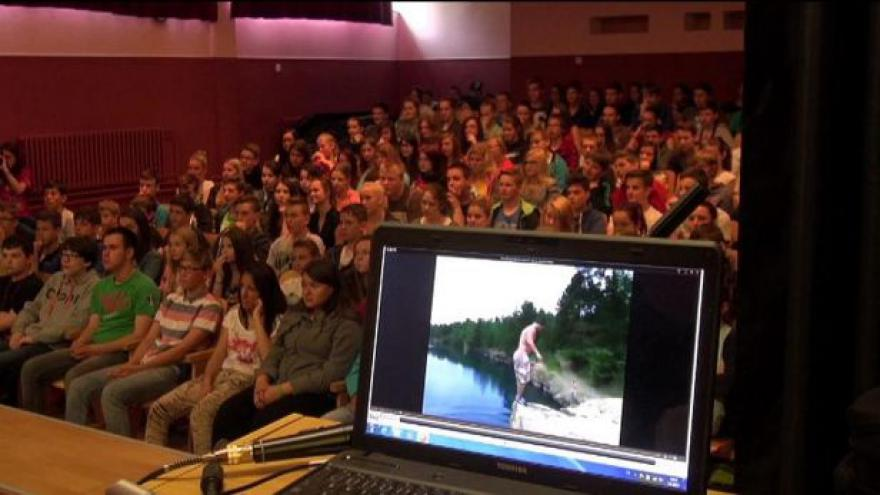 Video Neriskujte, radí mladým kaskadér a vozíčkářka