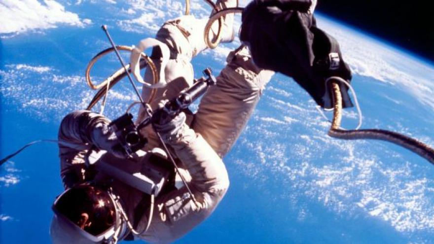 Video 50 let od prvního výstupu Američana do vesmíru