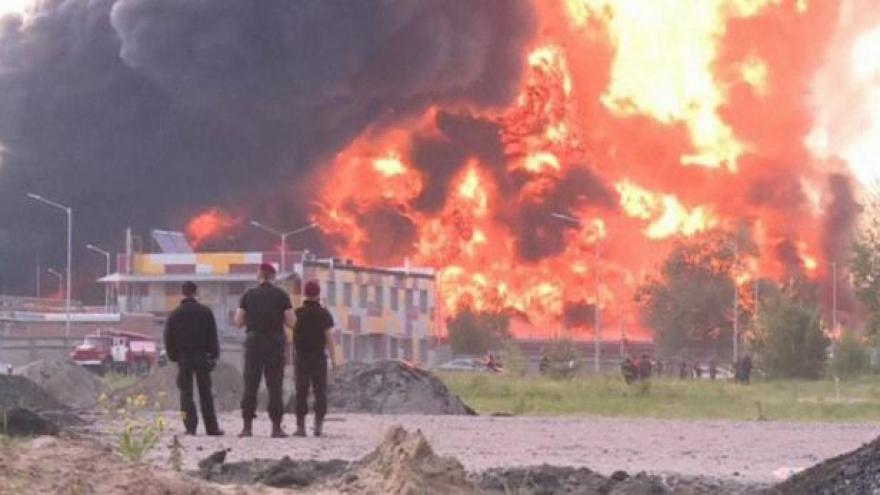 Video U Kyjeva hoří rafinerie, v areálu bylo na 180 lidí
