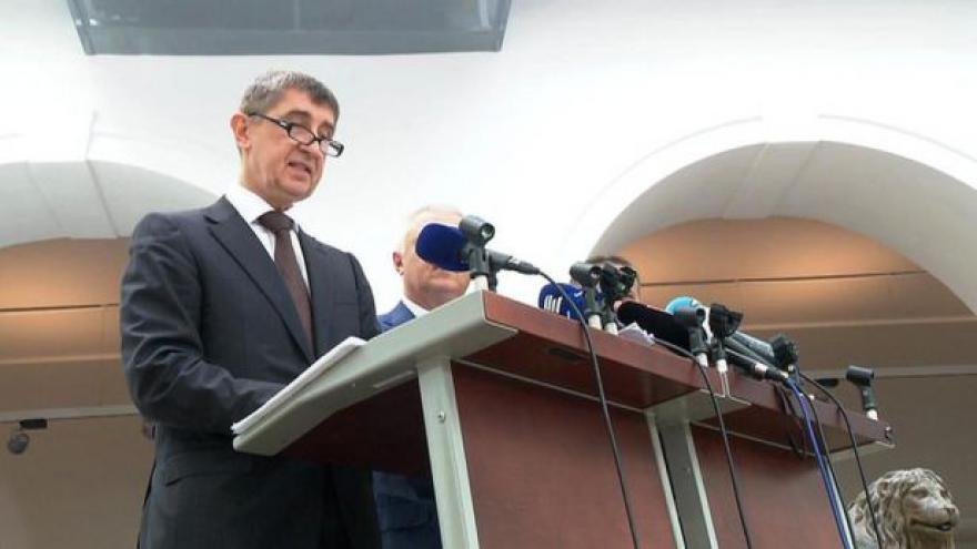 Video Zprávy: Babiš i po koaliční schůzce omluvu odmítá