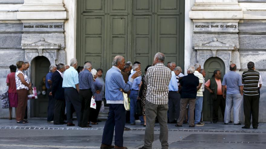 Video Řečtí podnikatelé pláčou kvůli zavřeným bankám