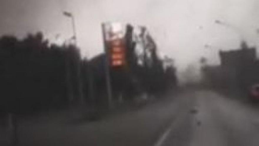 Video Amatérské záběry z auta: Tornádo u Benátek