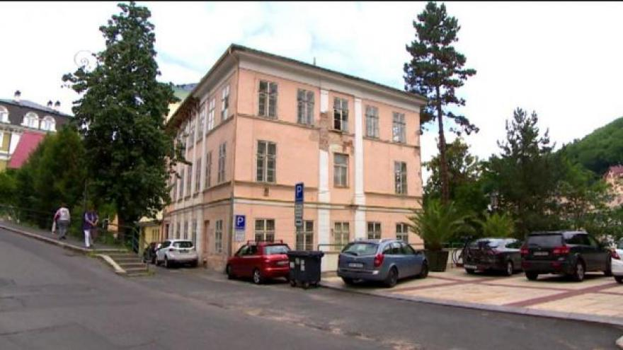 Video Karlovy Vary chtějí zachránit cenný empírový dům