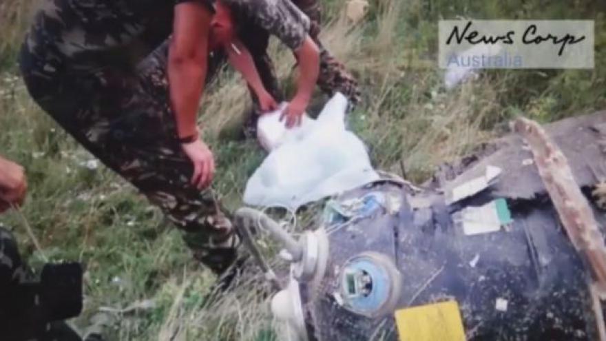 Video Povstalci na místě pádu MH17 (Zdroj: News Corp Australia; YouTube)