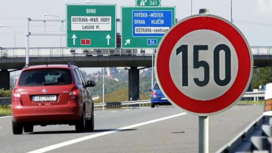 Video Události: Na českých dálnicích se zatím 150 km za hodinu jezdit nebude