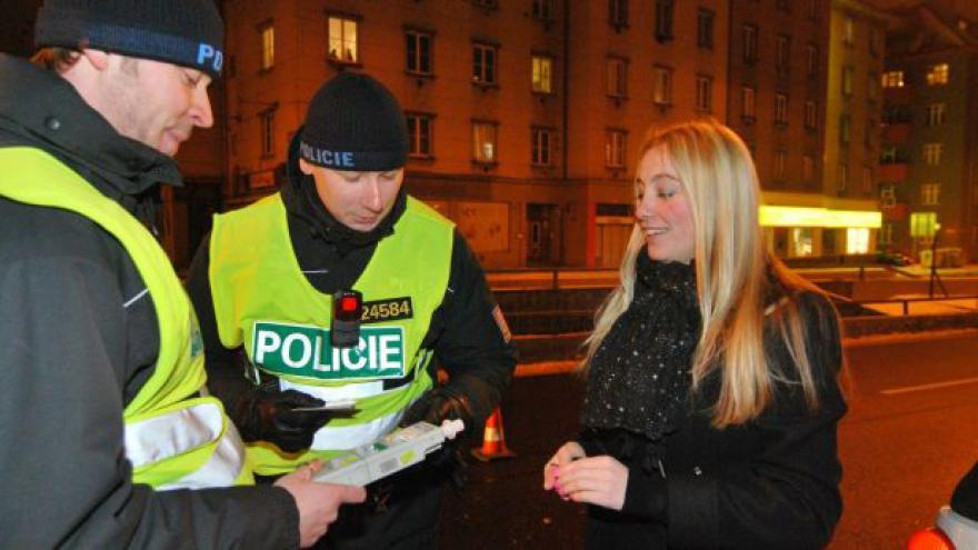 Video Policie zkontrolovala tisíc řidičů, našla drogy