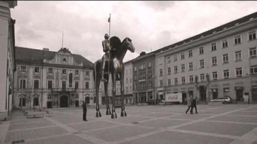Video Róna dokončuje práce na jezdecké soše Jošta