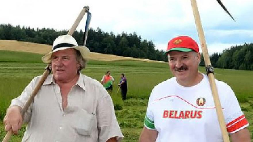 Video Lukašenko a Depardieu se chopili kosy