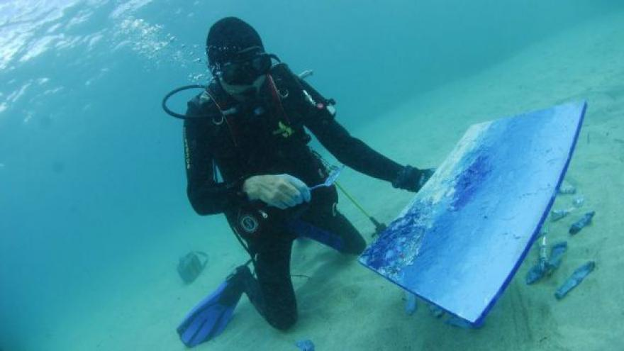 Video Umělec malující obrazy pod vodou