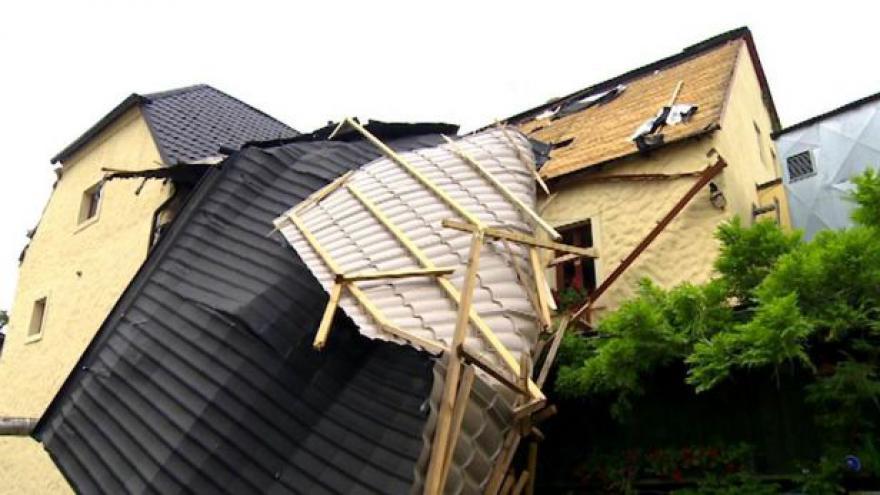 Video Škody způsobil silný vítr, kroupy nebo padající stromy