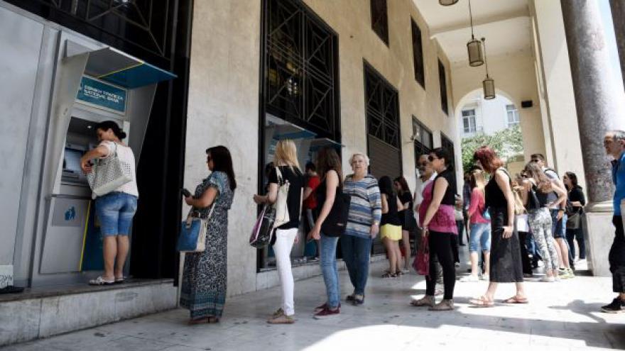 Video Zavřené banky, fronty před bankomaty. Jak se žije v Řecku