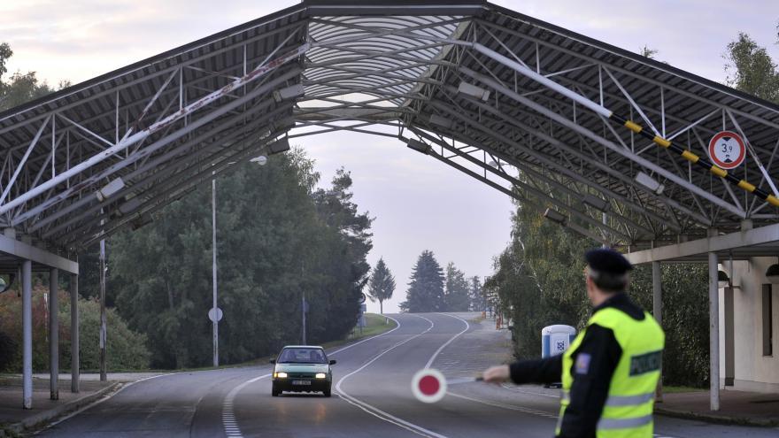 Video V jižních Čechách kontroluje policie každé auto, na Moravě namátkou